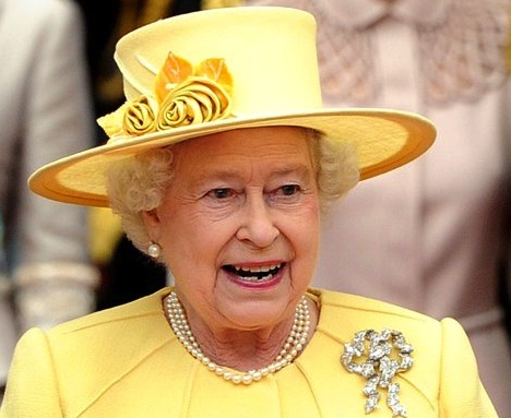 Queen Elizabeth in yellow outfit