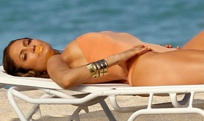 Jennifer Lopez shows sideboob in nude swimsuit on Fort Lauderdale Beach video shoot