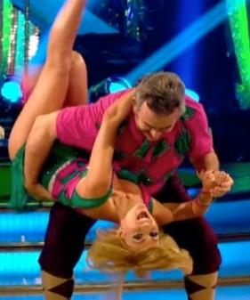 Tony Jacklin and Aliona Vilani - Aliona leaning back in hold