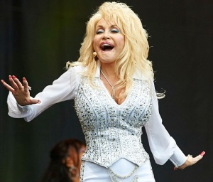 Dolly Parton shows big cleavage at Glastonbury
