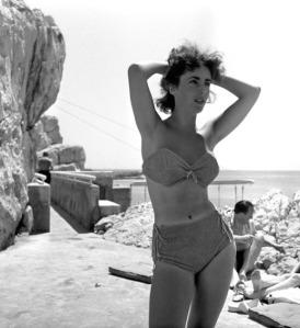 Elizabeth Tayor in bikini at Eden Roc - photo by Willy Rizzo 1949. Liz Taylor in bikini at 17 years old.